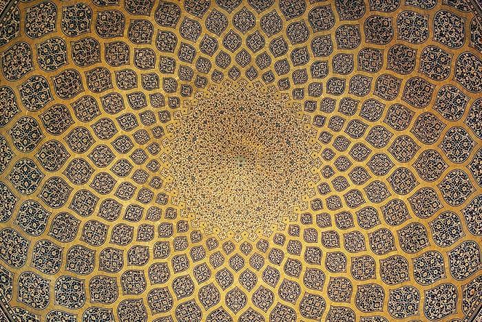 Узоры на потолке мечети.