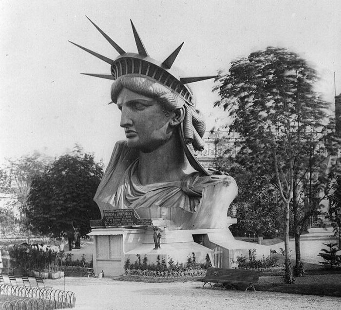 Голова Статуи Свободы в садах Трокадеро, 1878 год. | Фото: fiveminutehistory.com.