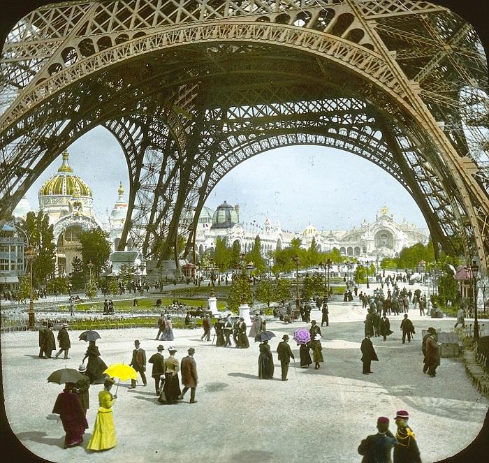 Эйфелева башня, 1900 год.| Фото: fiveminutehistory.com.