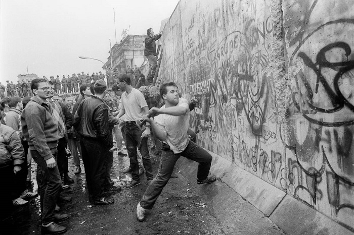 Жители Германии разрушают Берлинскую стену. | Фото: ic.pics.livejournal.com