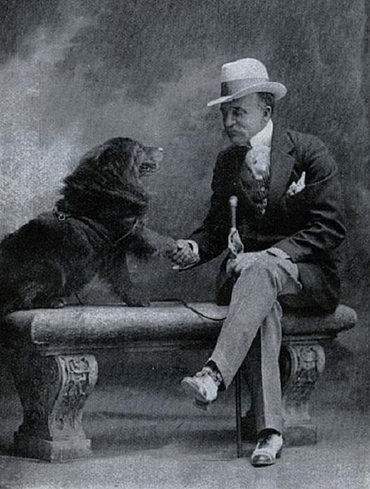 Эвандер Берри Уолл со своим псом чау-чау, 1920-е гг. | Фото: theworldsbestever.com.