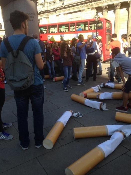 Арт-инсталляция на тему загрязнения лондонских улиц сигаретными окурками.