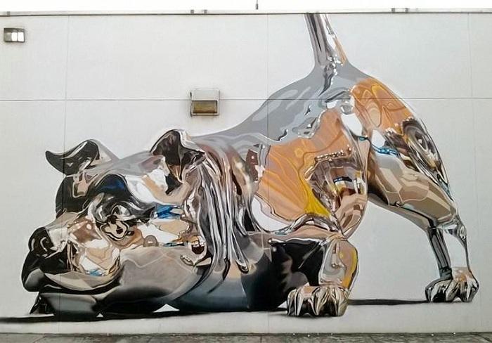 «Зеркальная» собака на городской стене.