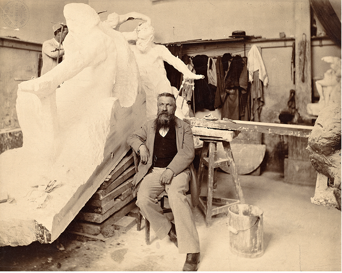 Огюст Роден в своей мастерской.   Фото: messynessychic.com.