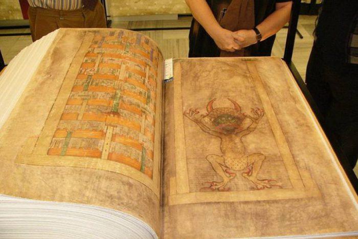 Кодекс Гигас - фолиант, хранящийся в Шведской королевской библиотеке. | Фото: укроп.org.