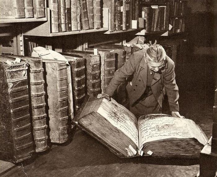 Древние фолианты прошлого. | Фото: s.poembook.ru.