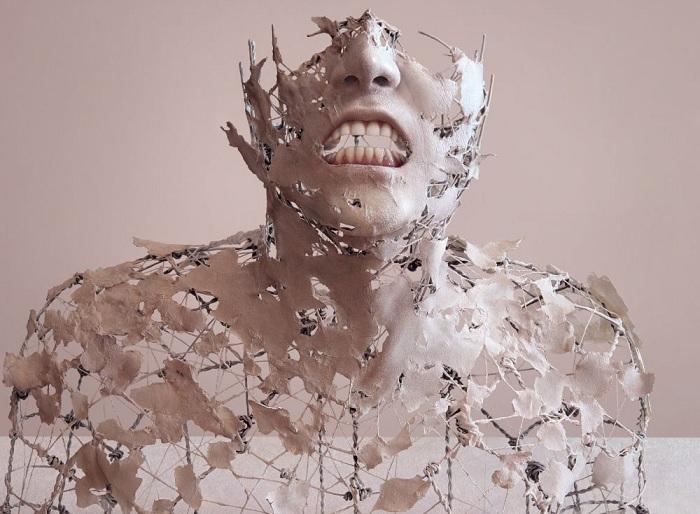 Сюрреалистическая скульптура распадающегося тела.