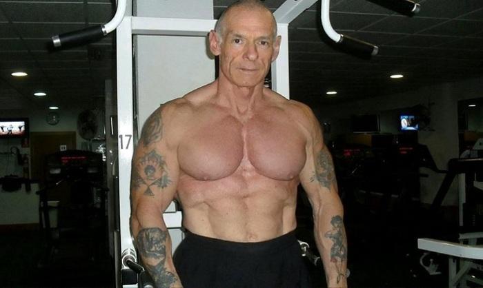 59-летний бодибилдер решил скрыть свои старые татуировки, наколов новые рисунки. | Фото: swns.com.