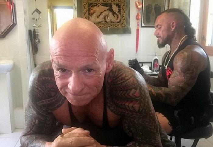 В тату-салоне культурист пробыл 14 месяцев. | Фото: dailymail.co.uk.