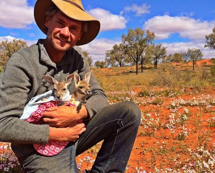 Chris Barnes занимается спасением осиротевших кенгурят.