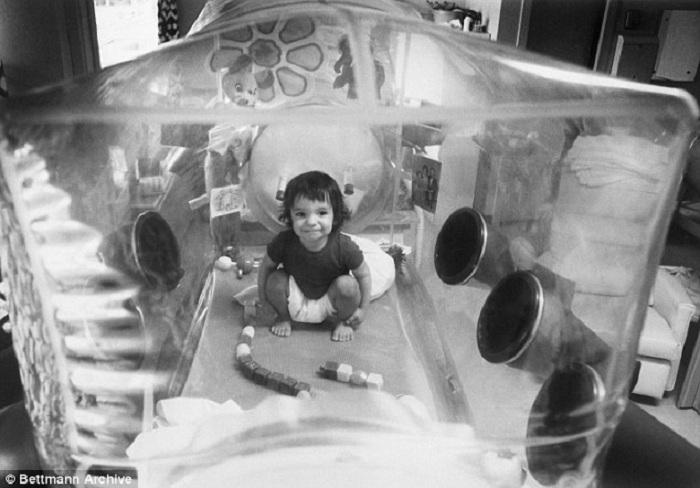 Ребенок, которому из-за болезни нельзя было покидать стерильный бокс. | Фото: dailymail.co.uk.