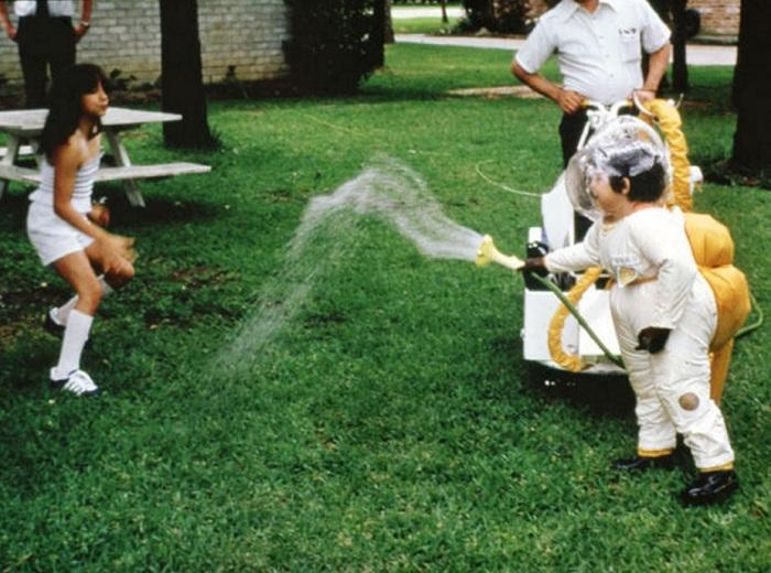 Дэвид Веттер в скафандре веселится на лужайке со своей сестрой Кэтрин. | Фото: bigpicture.ru.