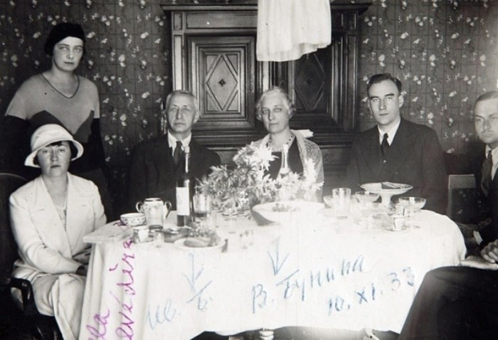 Галина Кузнецова (стоит), Иван Бунин (в центре), Вера Бунина и Леонид Зуров, 1933 год. | Фото: surfingbird.ru.