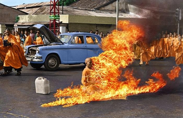 Снимок горящего монаха. 1963 год. | Фото: img1.joyreactor.cc.