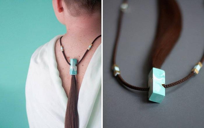 Дизайнер Sybille Paulsen делает бижутерию из женских волос.