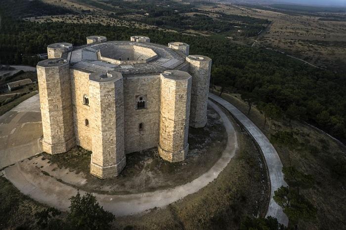 Замок Кастель-дель-Монте, построенный в 1240 году.   Фото: myimage.polopalsu.com