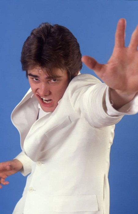 Джим Керри пародирует Элвиса Пресли.