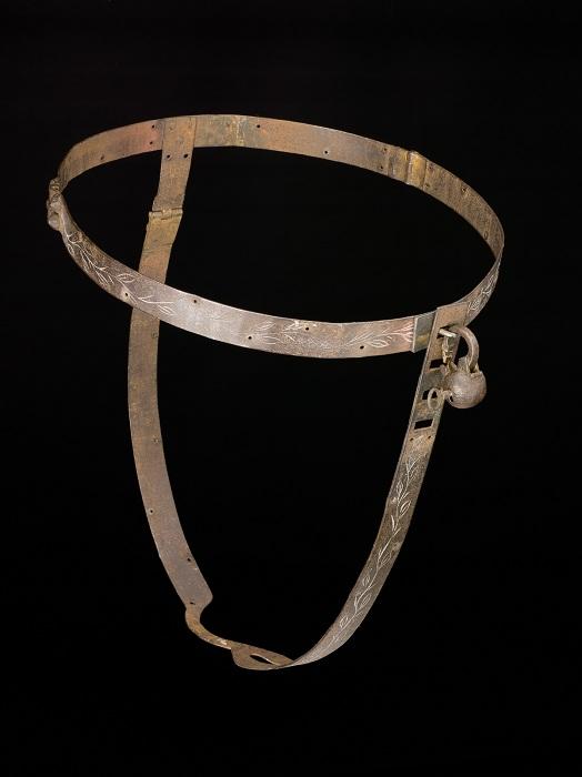 Простая металлическая конструкция, якобы защищавшая женщин от посягательств со стороны.