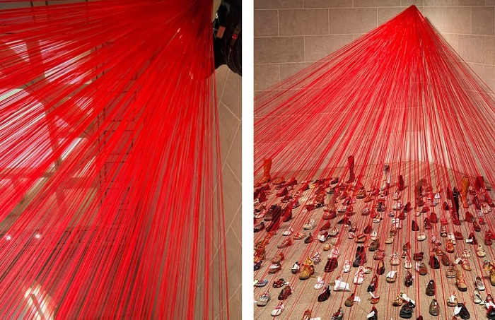 Инсталляция с красными нитями.