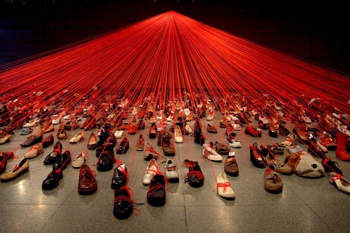 Пространственная инсталляция от Chiharu Shiota.