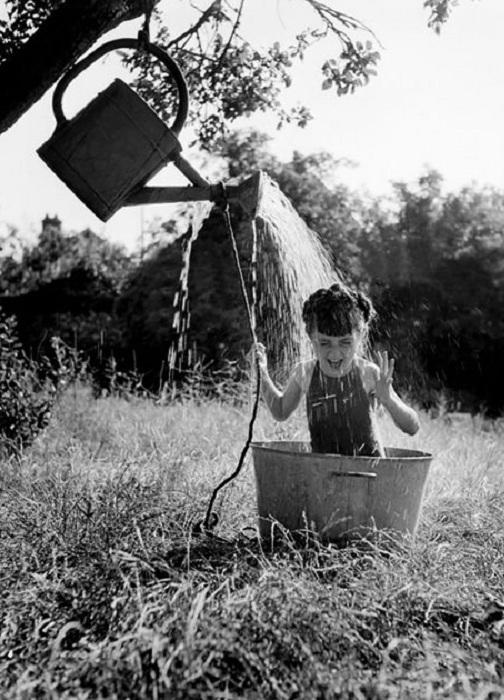 Девочка радуется импровизированному душу, 1949 год