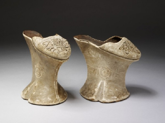 Чопины - обувь на платформе времен эпохи Возрождения.   Фото: i24.com.ua.