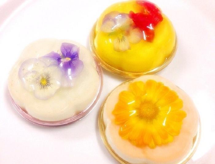 Оригинальные десерты с настоящими цветами.