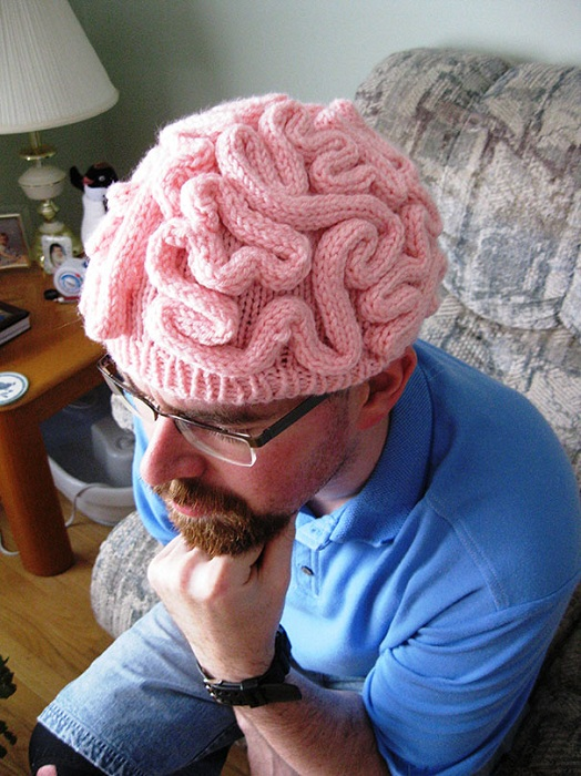 Розовая шапка в виде мозгов.