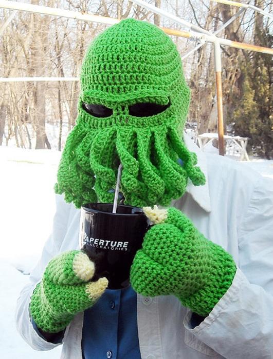 Зеленая шапка в виде инопланетянина.