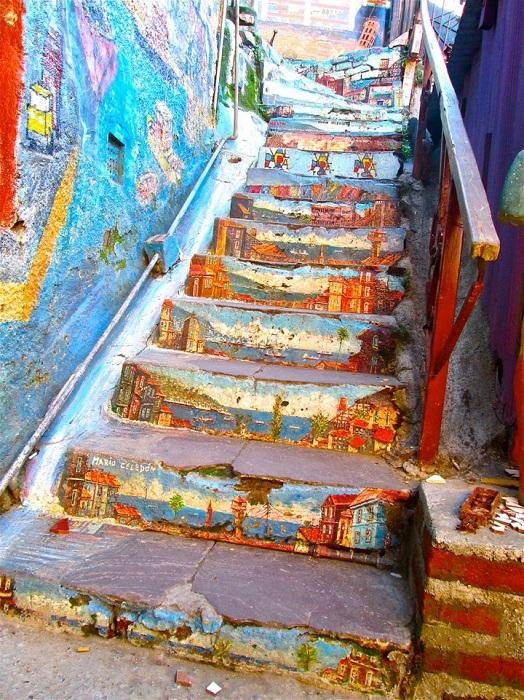 Оригинально раскрашенная лестница в Вальпараисо.