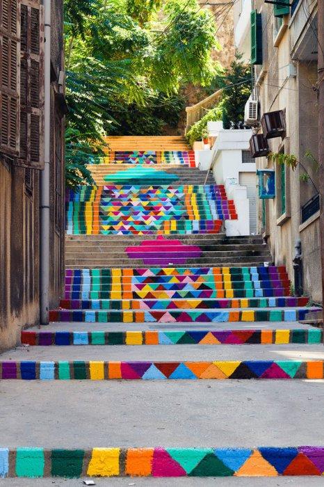 Яркая лестница на улице Бейрута.
