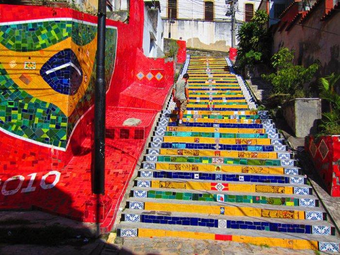 Разрисованная лестница в Рио де Жанейро.