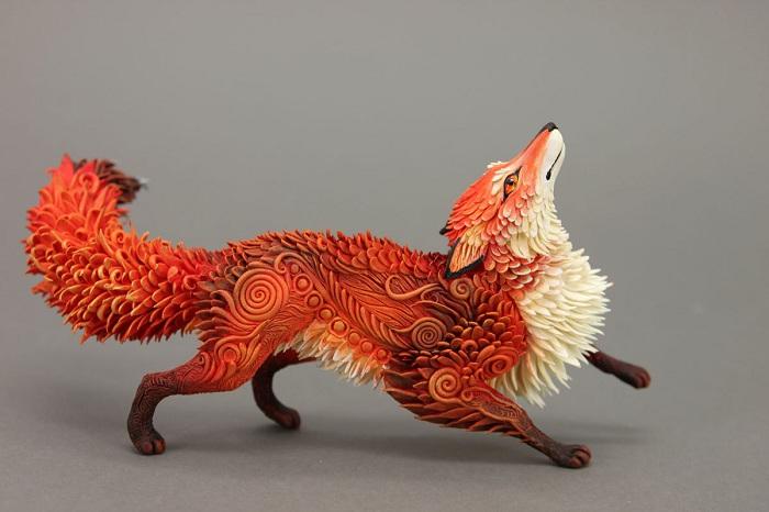 Великолепная лиса, сделанная из бархатного пластика.
