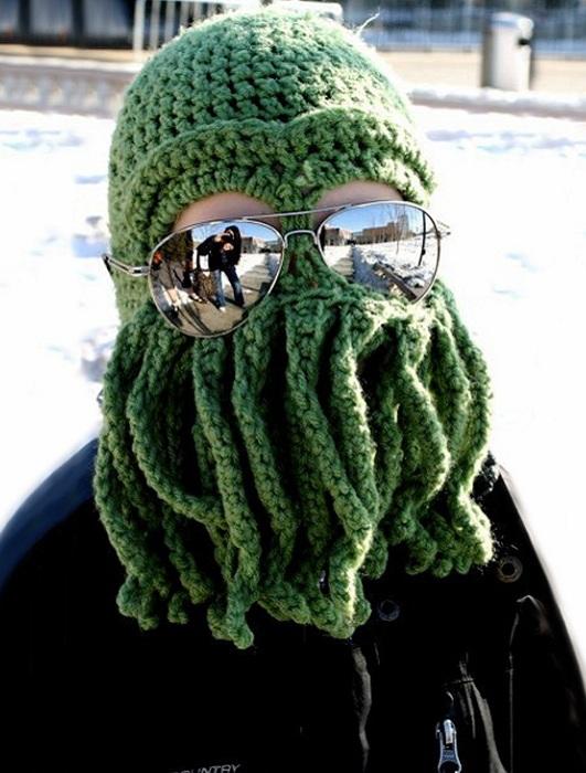 Вязаная шапка в виде зеленого существа.