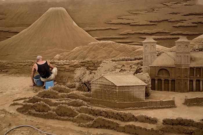 Процесс создания песчаной скульптуры.