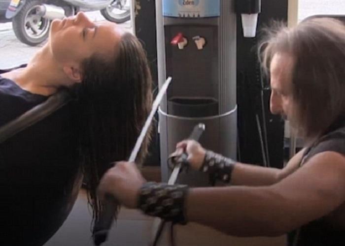 Работа двумя мечами одновременно обеспечивает симметричную стрижку.