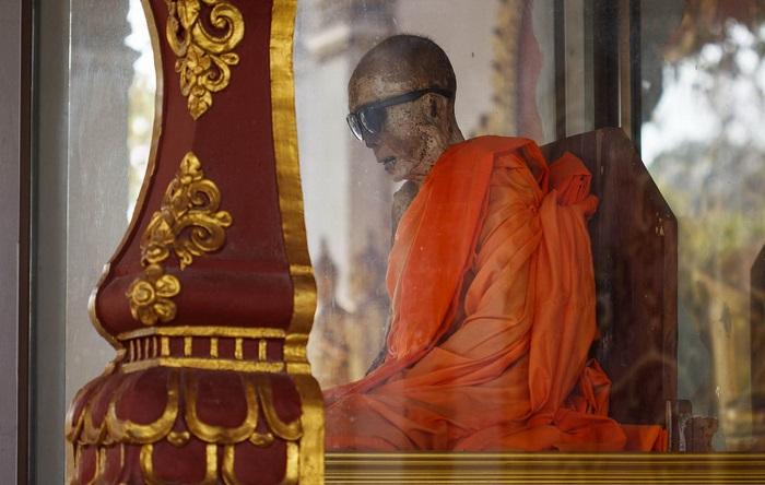 Мумия буддийского монаха Луанга Пхо Даенга. | Фото: pics2.pokazuha.ru.