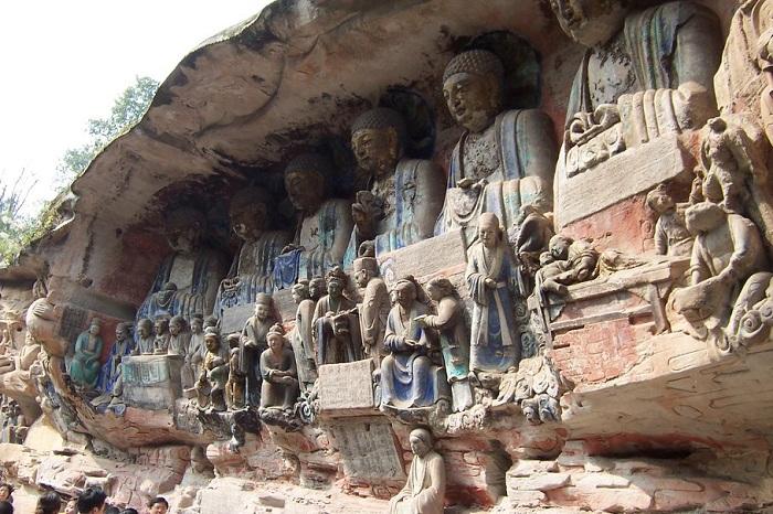 Множественные изваяния Будды, высеченные из скал. | Фото: images.forwallpaper.com.