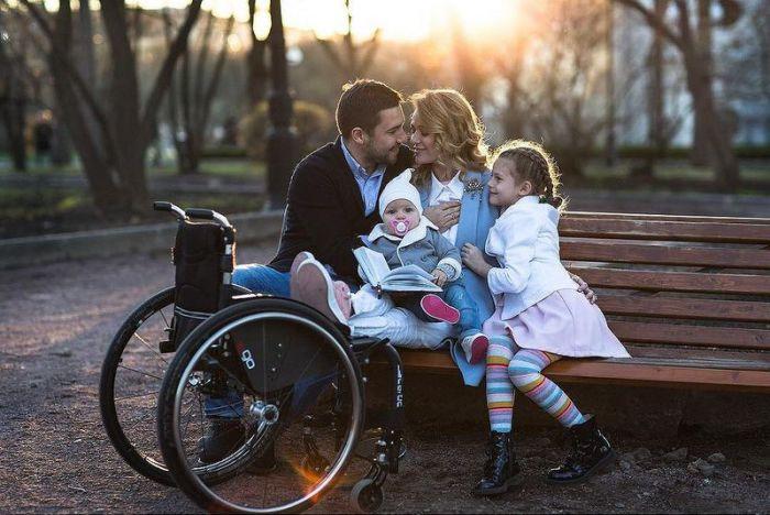 Ксения Безуглова осталась прикована к инвалидному креслу, но она счастлива со своей семьей.