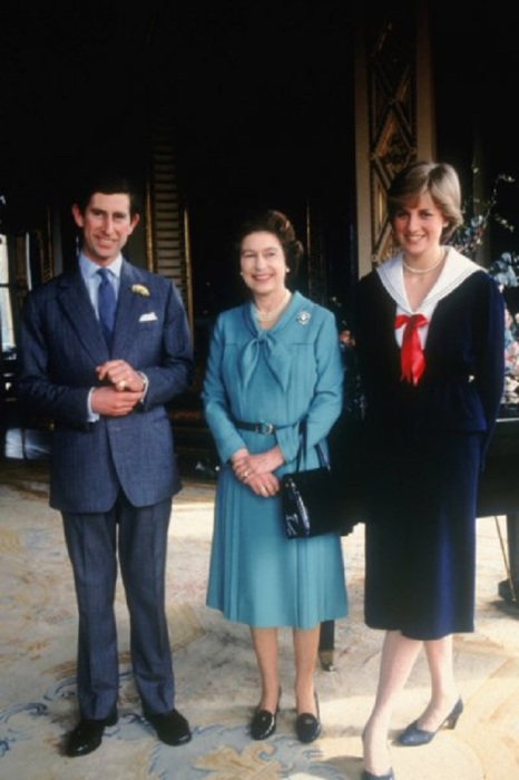 Чарльз и Диана были одинакового роста, поэтому на официальных фото принцессу просили выставлять ногу вперед, чтобы визуально казаться ниже принца. | Фото: ofigenno.com.