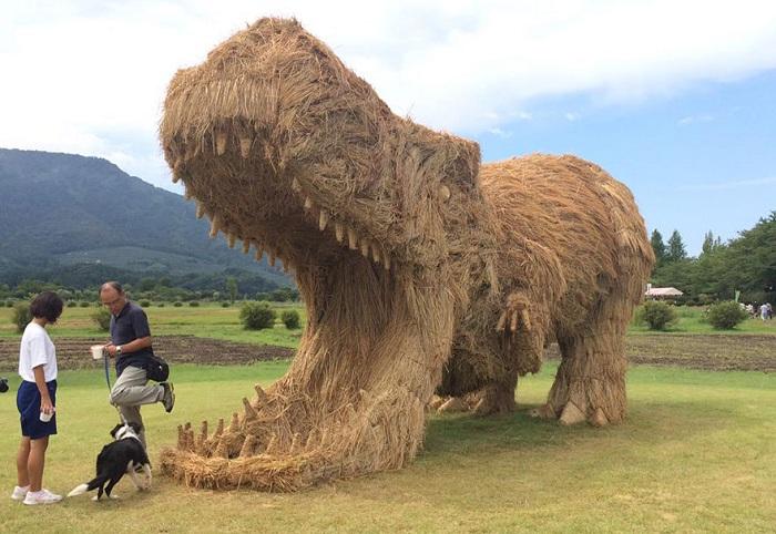 Фестиваль соломенных скульптур в Японии.