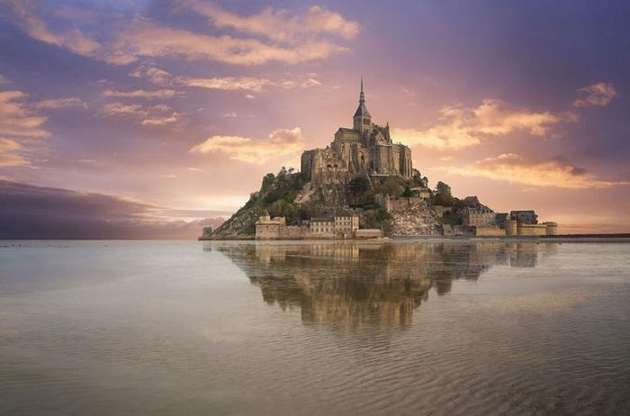Mont Saint-Michel - замок аббатства на северо-западном побережье Франции.