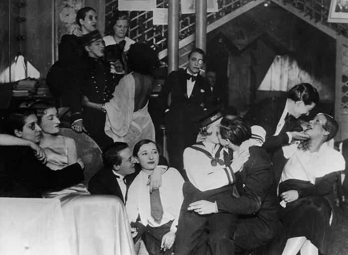 Le Monocle - популярный лесбийский клуб в начале 20 века.