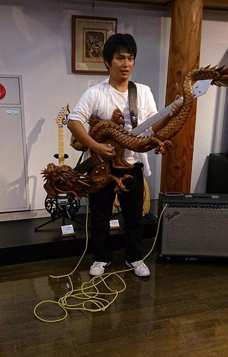 Резная гитара, выполненная мастером Inamichoukoku.