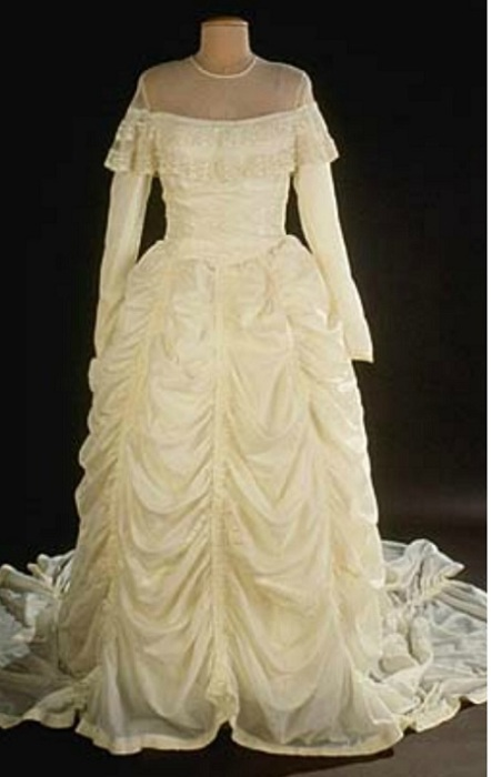 Свадебное платье, сшитое из парашюта. | Фото: thevintagenews.com.