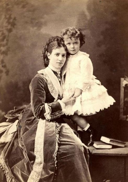Императрица Мария Федоровна с сыном Николаем II. 1870 г. | Фото: oddities123.com.
