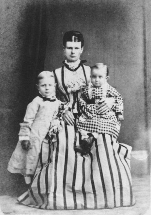 Платья - типичная одежда для мальчиков в 19 веке. | Фото: oddities123.com.