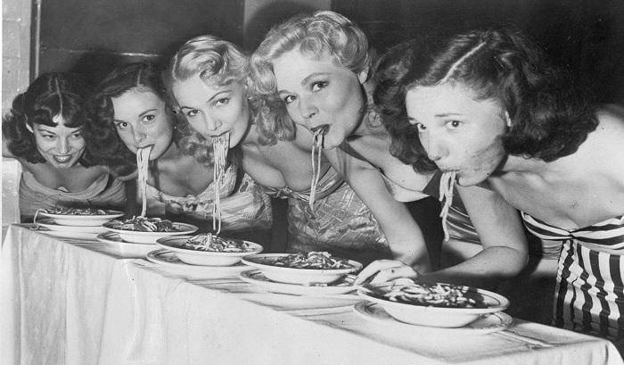 Девушки бродвейских шоу в конкурсе по поеданию спагетти без помощи рук, 1948 год. | Фото: woman.ua.