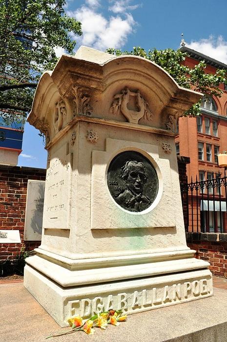 Памятник на могилу Эдгара По в Балтиморе. | Фото: aif.ru.