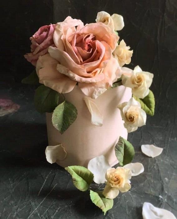Нежная сладкая роза, которую сложно отличить от настоящей. | Фото: mymodernmet.com.